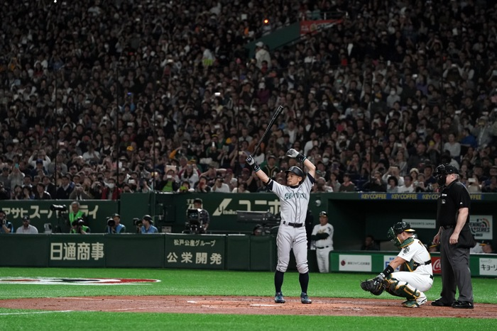 Ichiro walks off to loud cheers, Mariners beat A's in 12